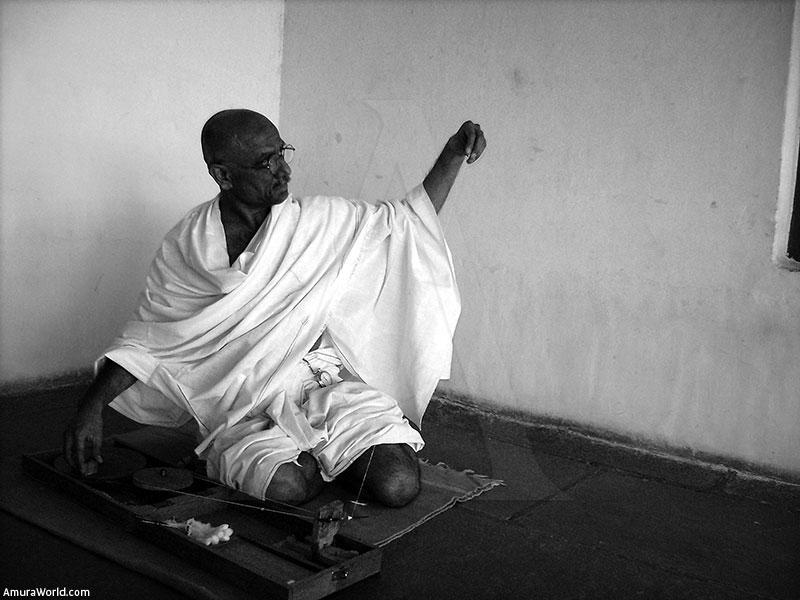 mahatma gandhi ng india News18 » india 1-min read man desecrates mahatma gandhi statue in kerala's kannur according to eyewitnesses.
