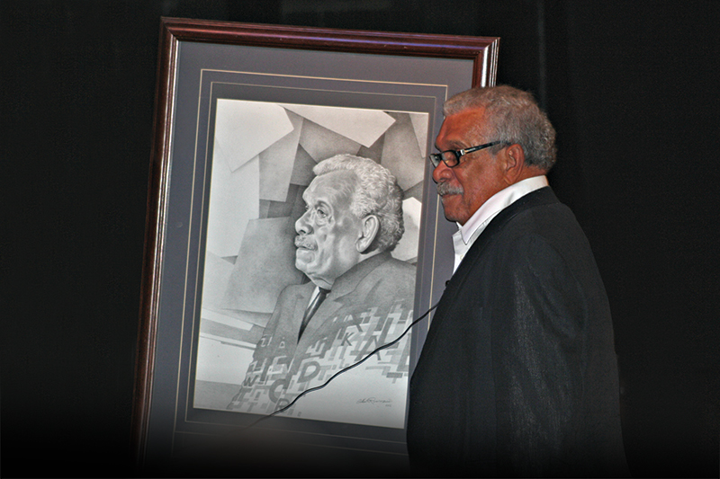 Derek Walcott, Nobel Prize poet, receives a sketch made in his honor in San José, Costa Rica.