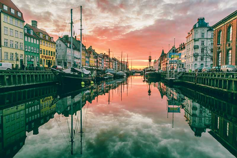Amura,Dinamarca,Vikingos,Rey Harald,piedras rúnicas de Jelling,daneses,felicidad, Nyhavn canal was built in 1671. Today is a top recommendation for sailing around the city and enjoying the most famous and beautiful landscapes in Copenhaguen. <br />